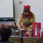 民族衣装を着てお茶を入れる森川先生